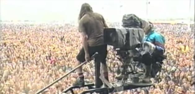 """Eddie Vedder ha incontrato il cameraman che lo aiutò durante il """"tuffo"""""""